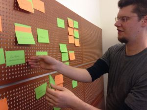 Marcus Smith sorterar lappar med idéer